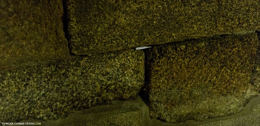 Um dos inúmeros papeis que os peregrinos deixam entre duas pedra no interior da cripta para pedir um favor ao Santo.