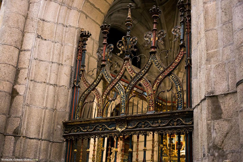 O gradeamento de algumas capelas impede aos turistas de se aproximarem muito, como neste exemplo da Capela de Mondragón.