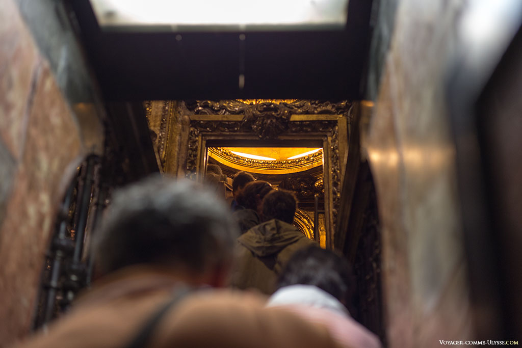 No fim desta pequena escadaria, a imagem de Santiago na Capela Maior.