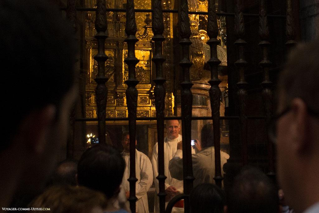 Na Capela Maior, alguns padres vindos de longe aproveitam o momento para imortaliza-lo com o seu smartphone. Somos todos humanos.