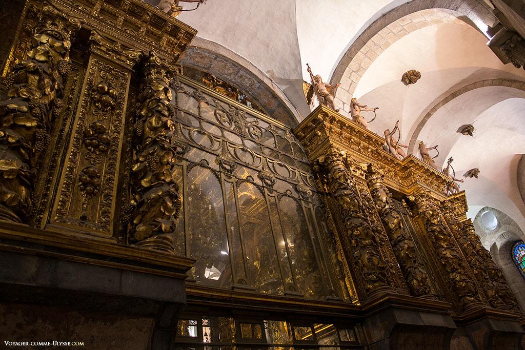 Decoração barroca da Capela Maior, encimada por inúmeros anjinhos.