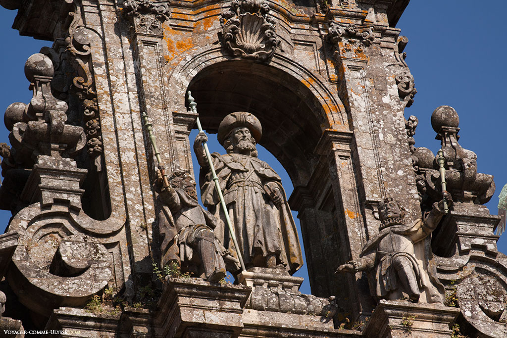 No alto da fachada do Obradoiro encontra-se a estátua do apóstolo Santiago.