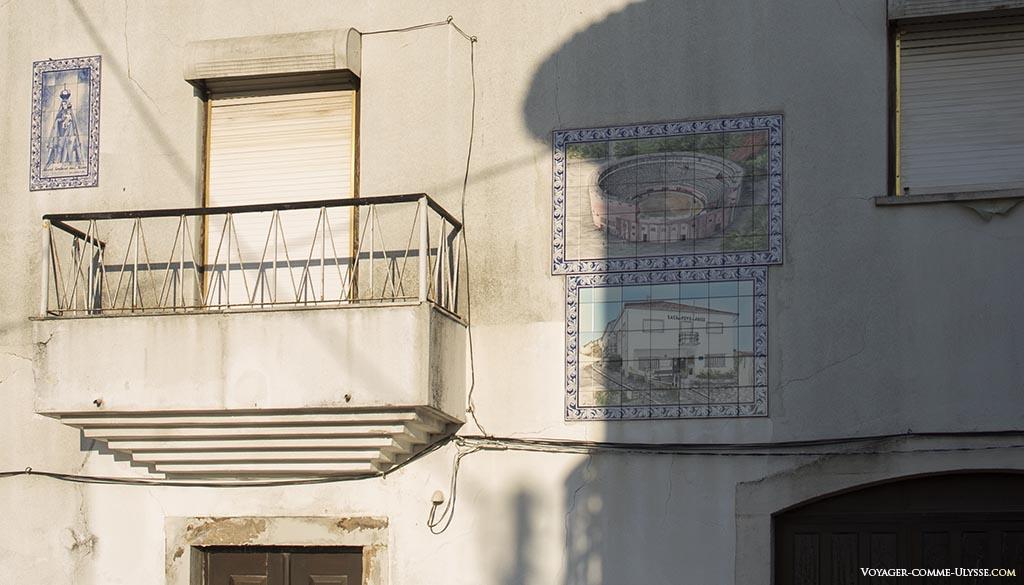 Azulejos sur une maison.