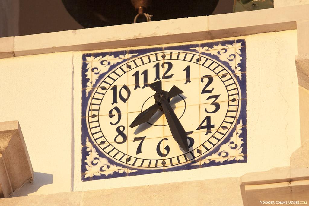 L'horloge de l'église se trouve juste en dessous des cloches