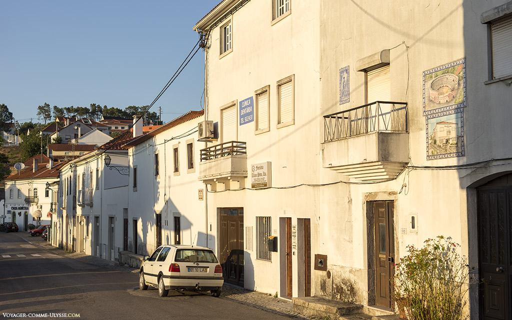 Maisons blanches sur la route principale