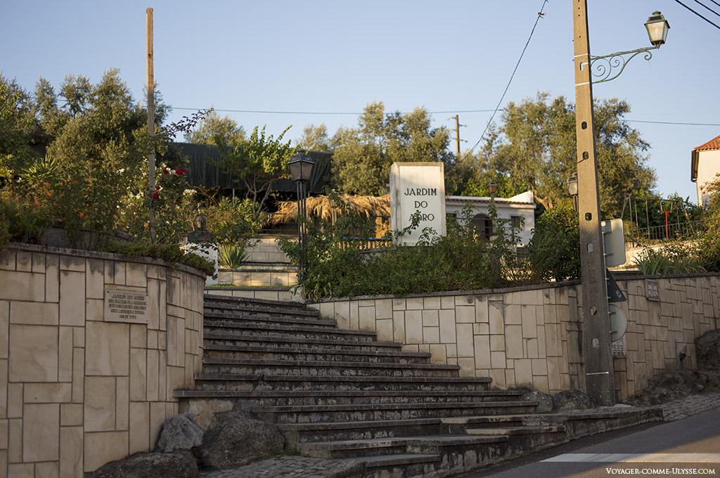 Entrée du jardin public du Adro, avec sa montée d'escaliers