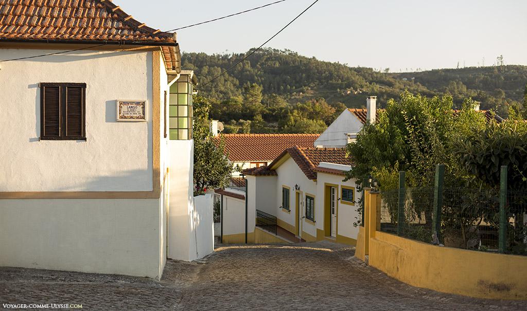 Petite rue profitant du soleil couchant.
