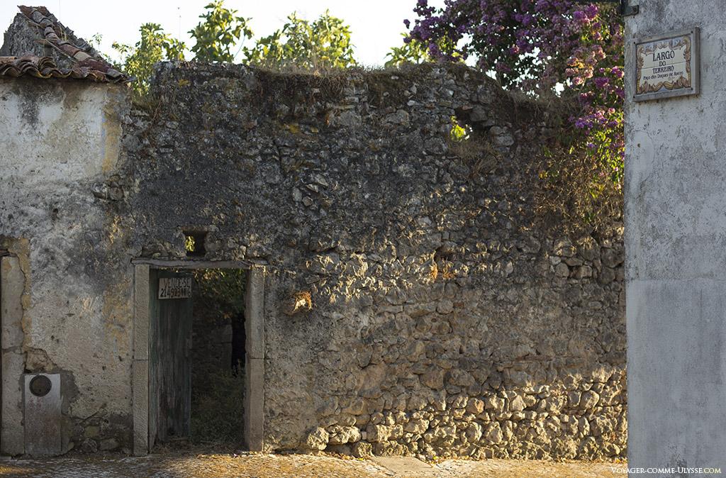 Vieux mur à moitié effondré