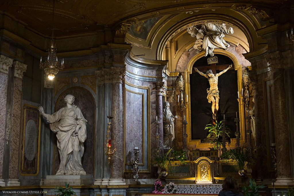 Chapelle du Crucifix. A gauche, la statue de Sainte Christine, de Pierre Legros.