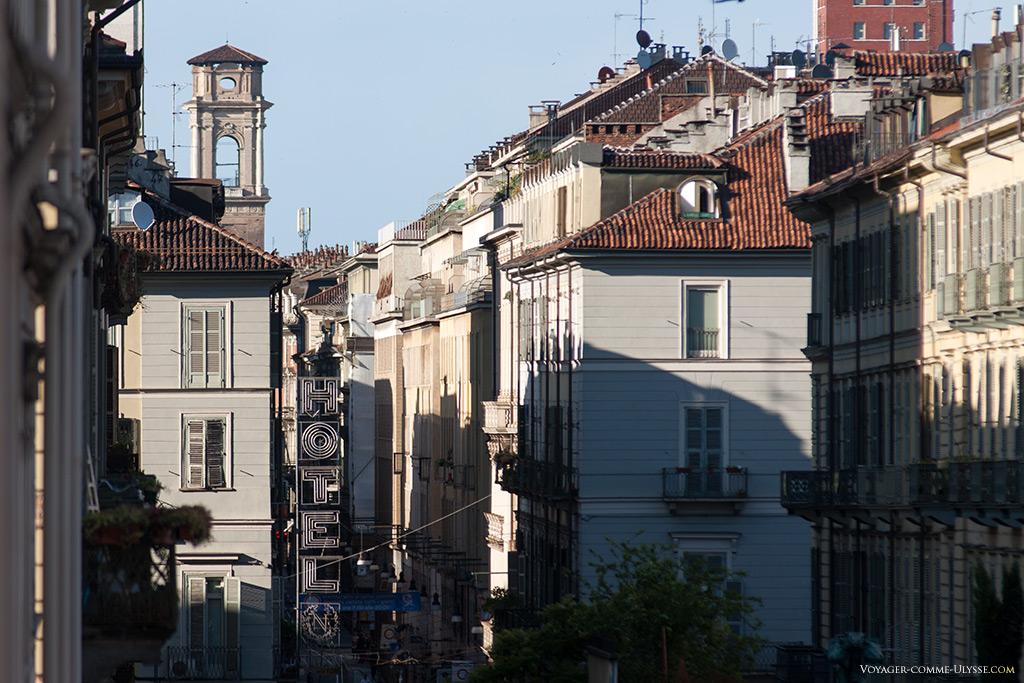 Le campanile de la cathédrale est très visible, derrière les immeubles.