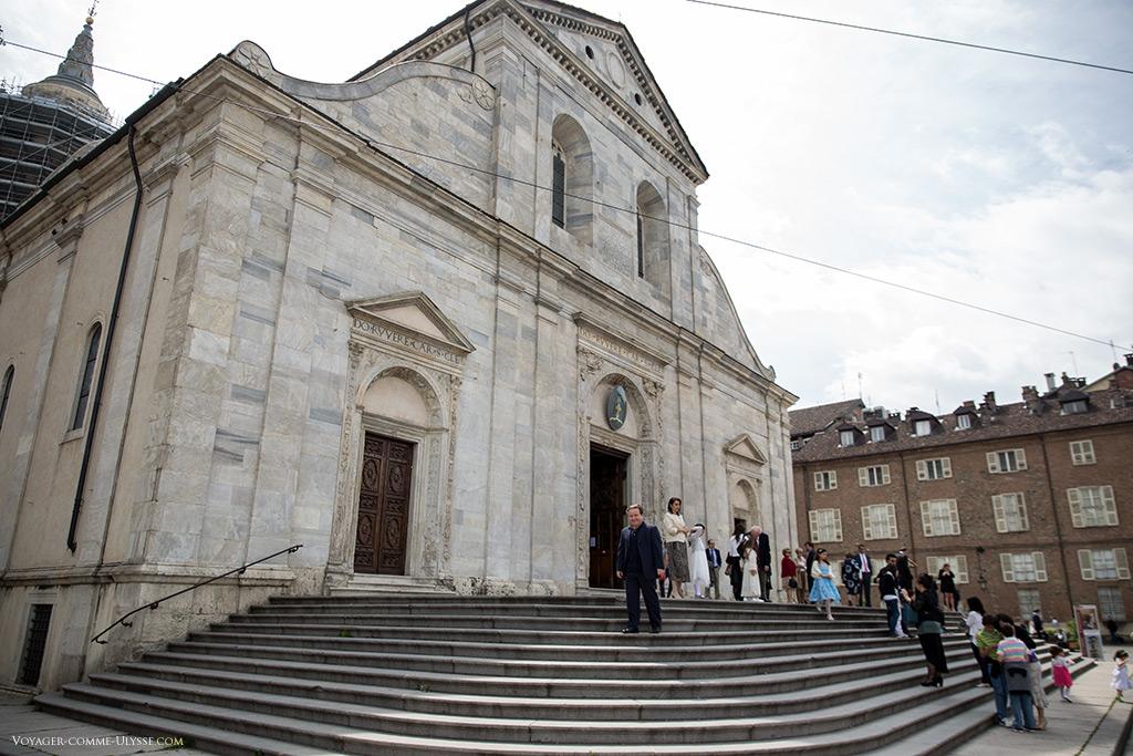 La façade de marbre est d'une simplicité confondante, surtout si l'on compare aux églises gothiques qui précédaient la Renaissance.