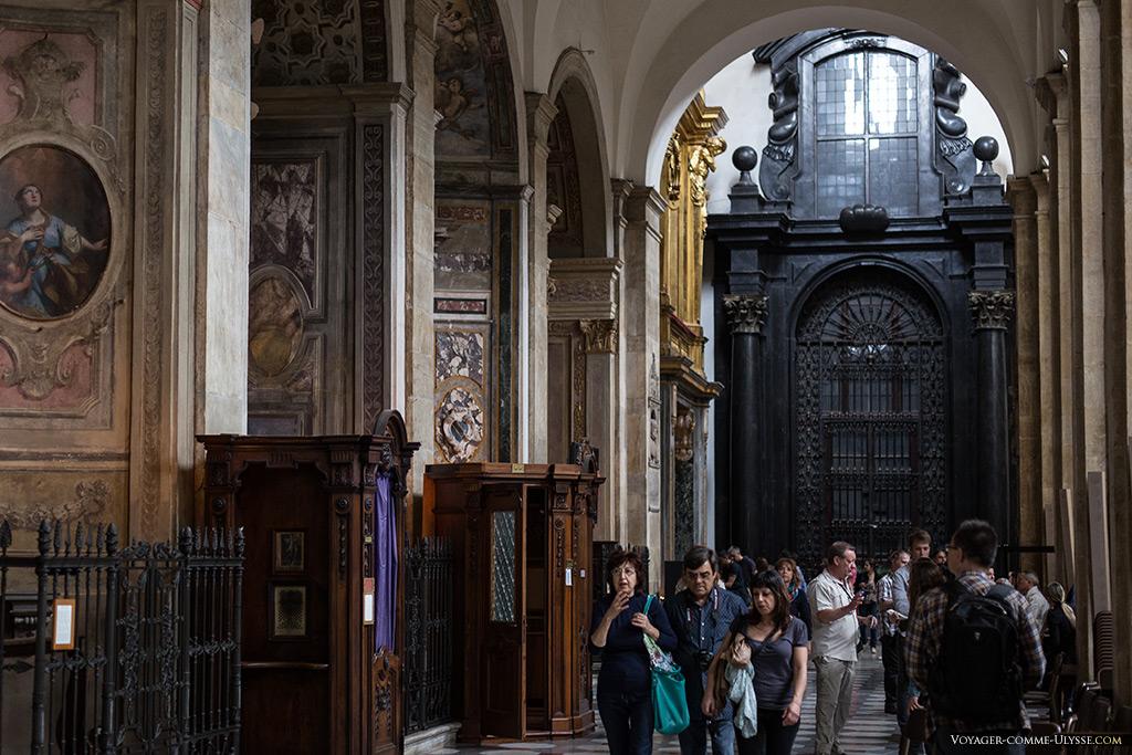 Vue sur une nef latérale, avec les chapelles et au fond, l'entrée de la Chapelle Guarini.