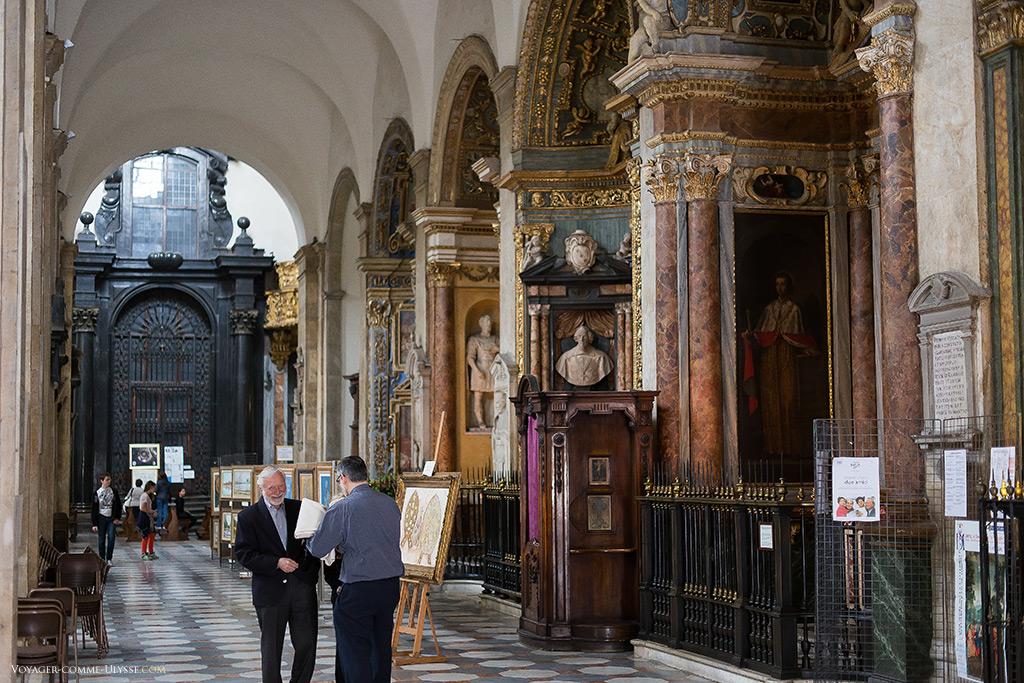 Les chapelles latérales, richement décorées dans le style baroque.