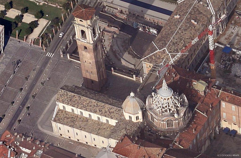 Vue aérienne du Duomo, avec à droite la Chapelle Guarini, servant de lien entre la cathédrale et le Palais Royal.