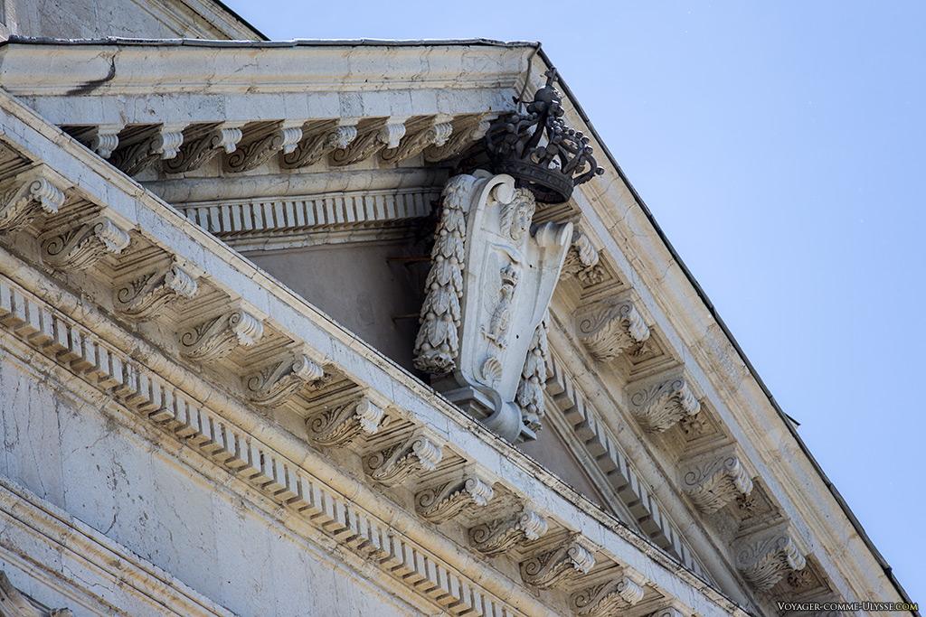 Le blason de la Maison de Savoie se retrouve un peu partout sur la basilique.