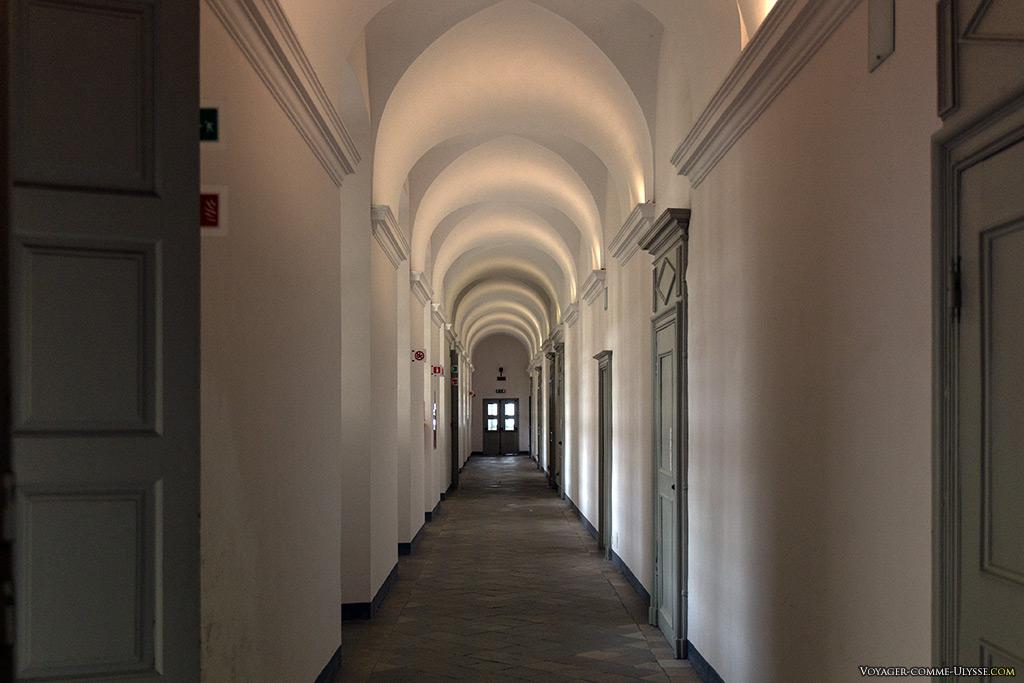 Dans les couloirs du couvent.