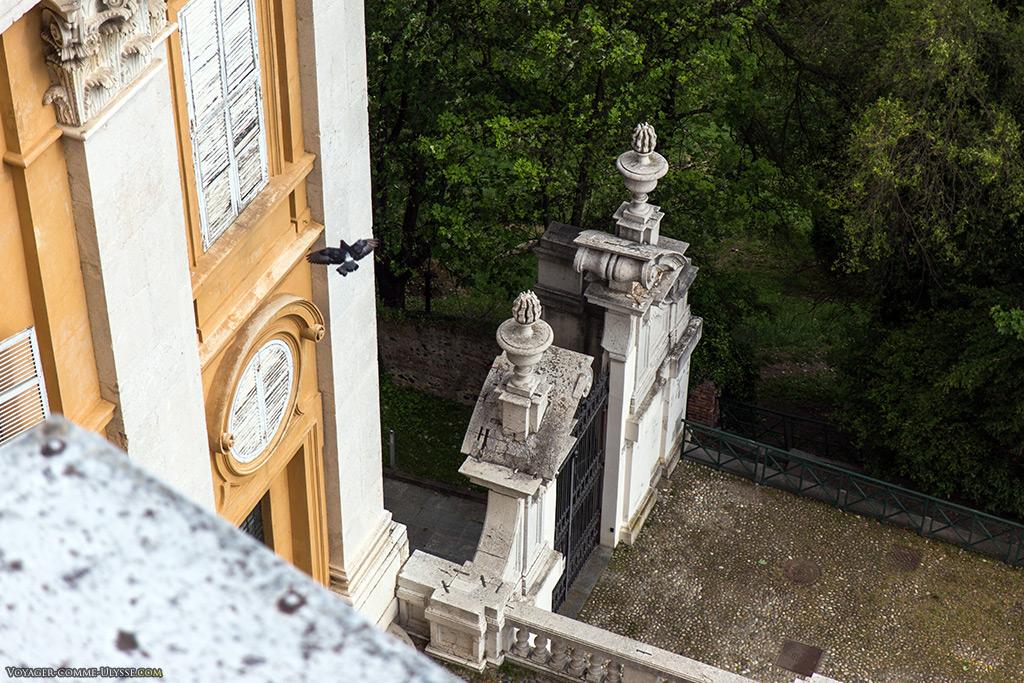En bas, le portail permettant d'accéder aux jardins privés.