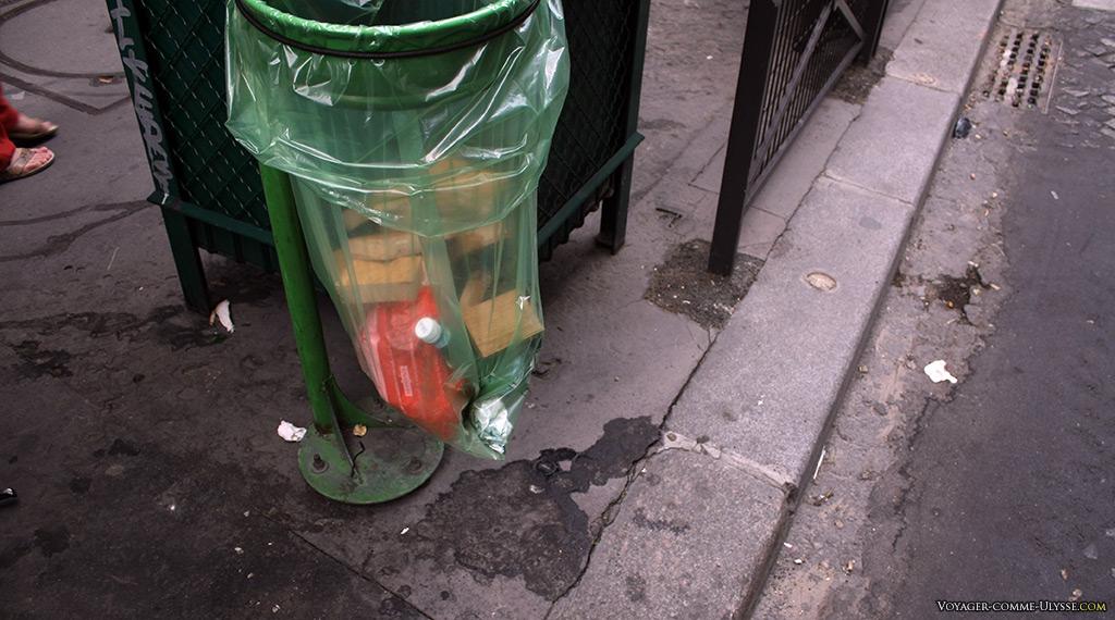 Une des nombreuses poubelles avec leur sachet en plastique transparent…