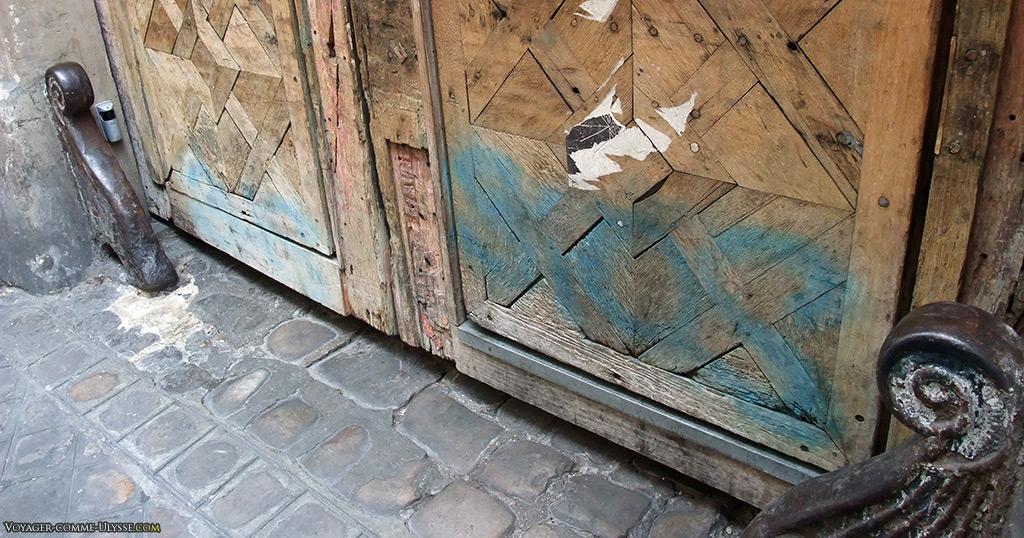 Porte cochère et ses chasse-roue, héritage du temps où le cheval était roi à Paris.