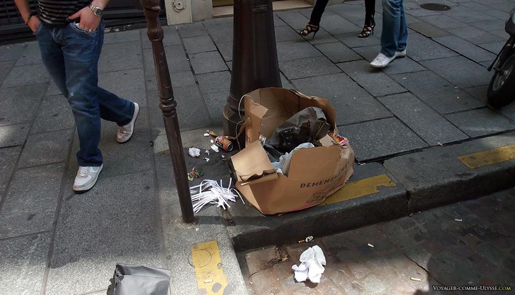 Les coquets parisiens du Marais sont totalement indifférents aux immondices jonchant les trottoirs de leur ville.