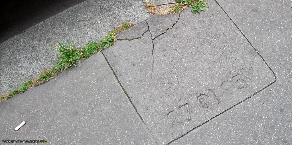 Date des travaux gravée à même le trottoir.