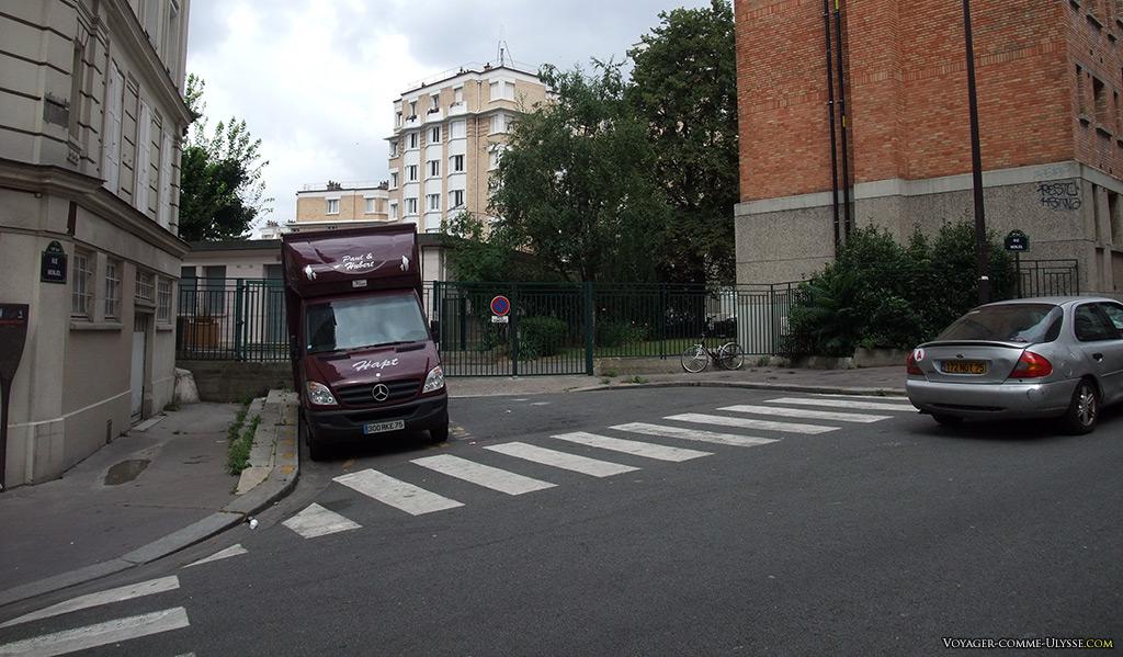 Passage piéton, succession de bandes blanches sur le bitume de la rue.