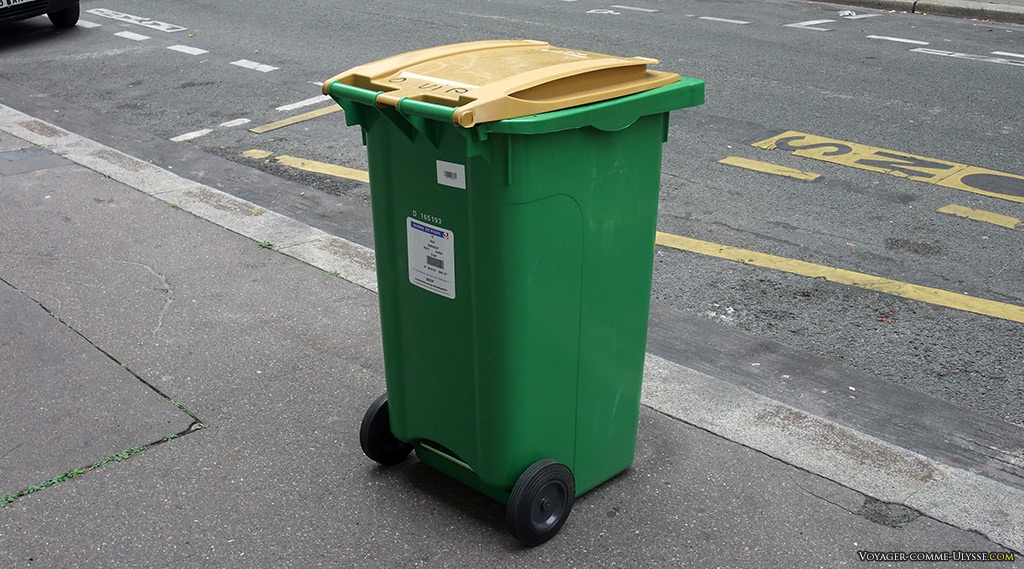 Poubelle d'un immeuble, attendant sagement le ramassage des ordures.