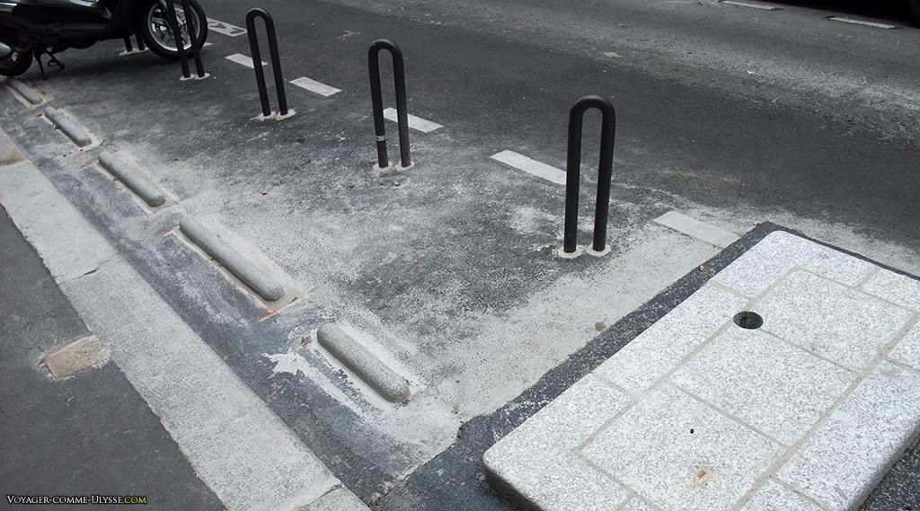 Espace aménagé pour attacher des vélos. Encore en travaux.