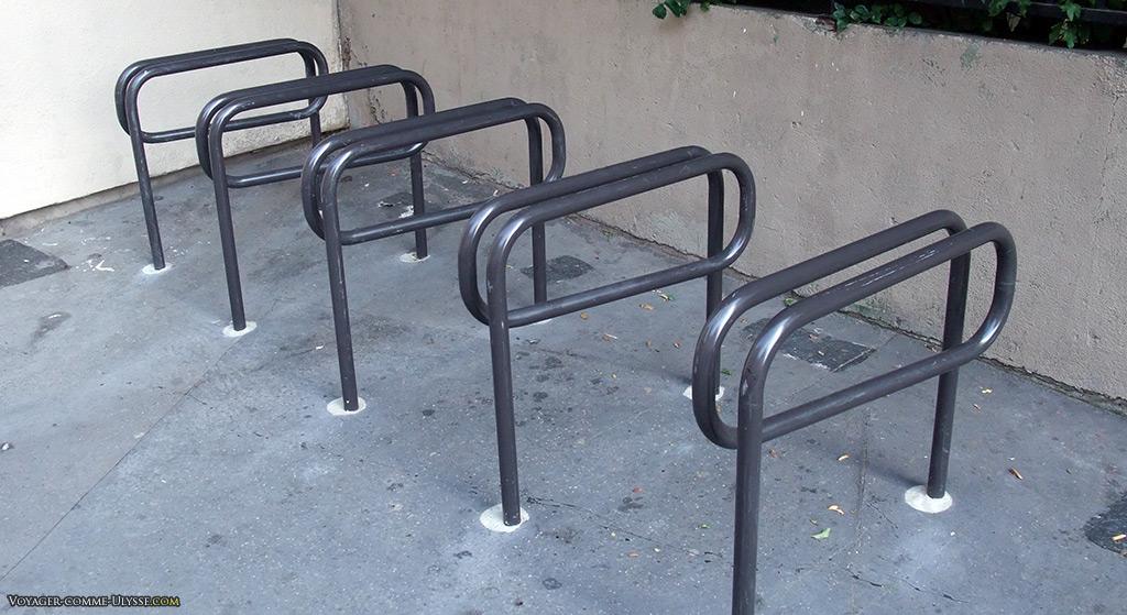 Poteaux pour amarrer des vélos, dans un coin de rue.