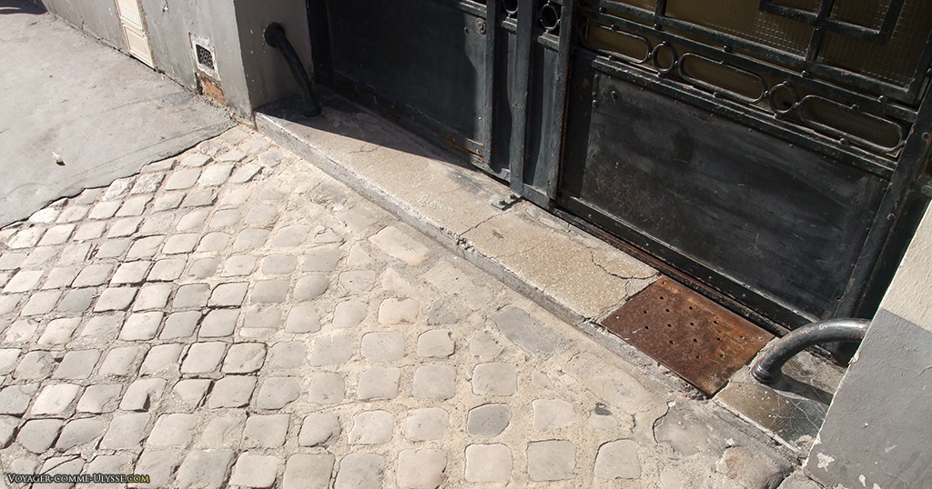 Les chasse-roue protégeaient les murs de l'immeuble contre les cochers maladroits.