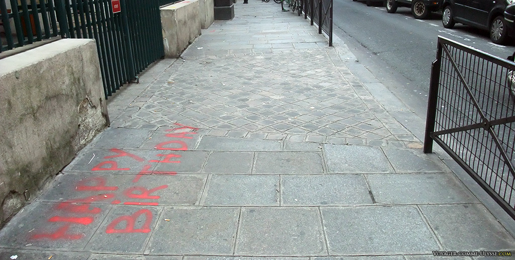 Certains trottoirs du Marais sont différents, avec un dallage un peu moins moche que le simple bitume. Par contre, on ne se prive pas pour gribouiller dessus!