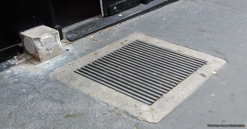 Grille sur trottoir bituminé