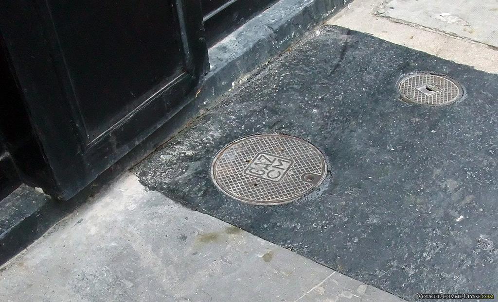 Goudron récent autour des plaques en fonte pour le gaz.