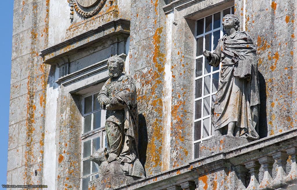 Statues de Saint Luc et de Saint Jean sur la façade de l'église.