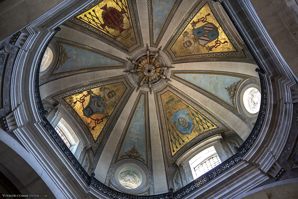 La coupole est décorée des blasons pontificaux et des archevêques.
