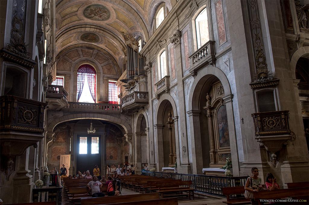 Nef de l'église et ses chapelles latérales.