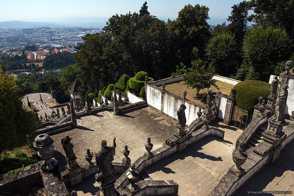 Vue générale sur les escaliers monumentaux et, au loin, la ville de Braga.