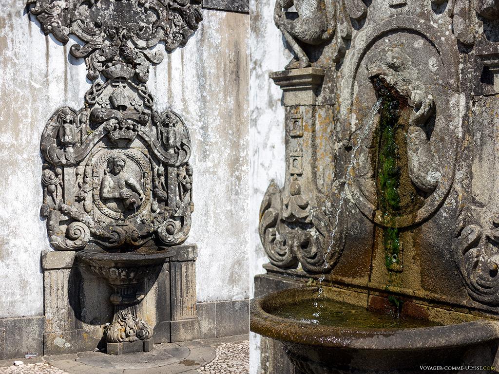 A gauche, la fontaine du toucher. A droite, la fontaine du goût.