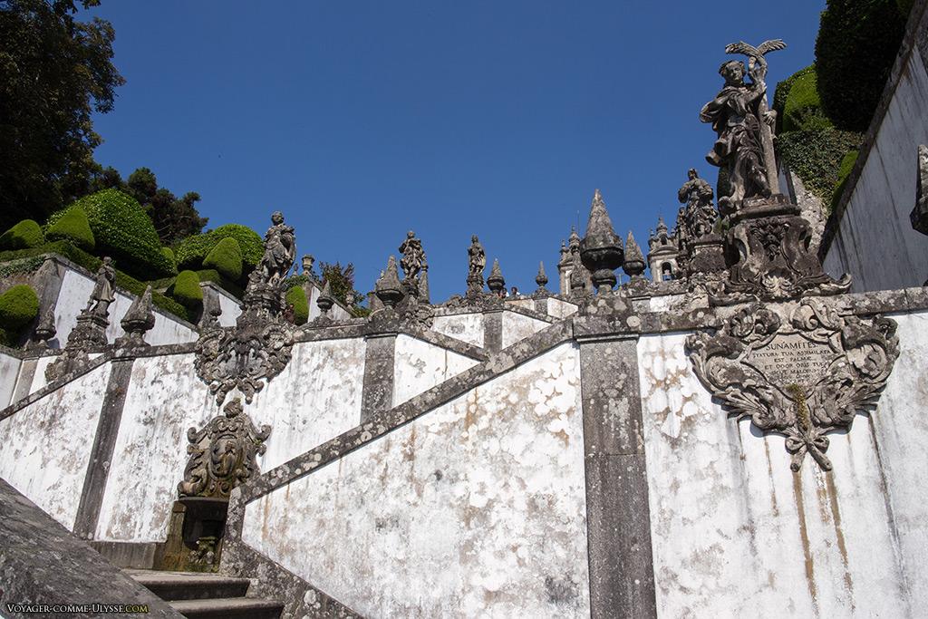 Au premier plan à droite, la statue de Sulamite. Derrière à gauche, la fontaine de l'odorat.