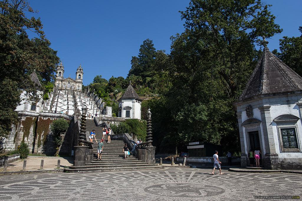 Fin de l'escalier du Portique, avec ses fontaines en forme de serpent qui s'enroule autour d'une colonne.