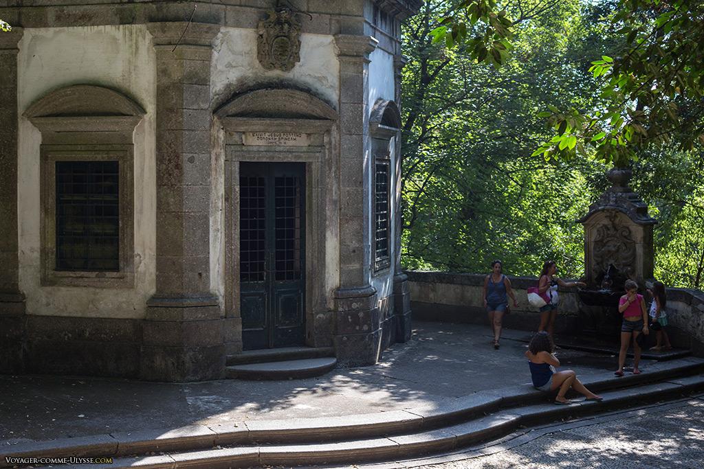Chapelle du Couronnement d'Épines et fontaine de Saturne, où l'on peut se rafraîchir.