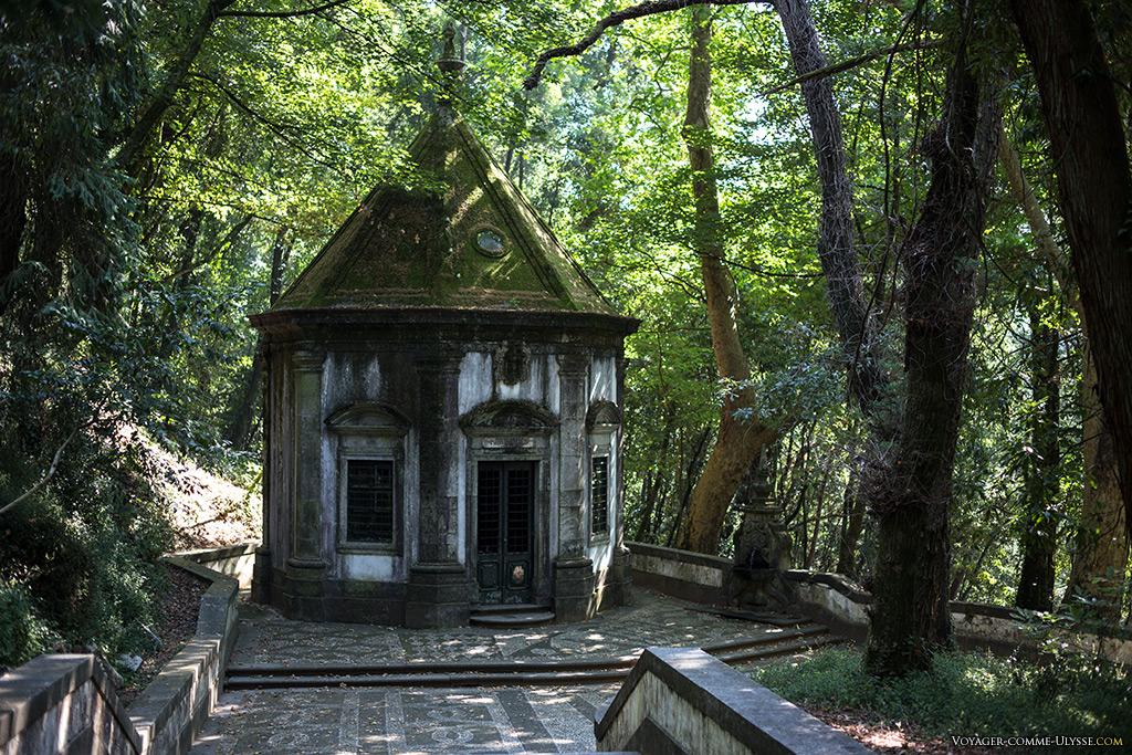 Une des premières chapelles du Chemin de Croix, avec à sa droite sa fontaine « païenne ».