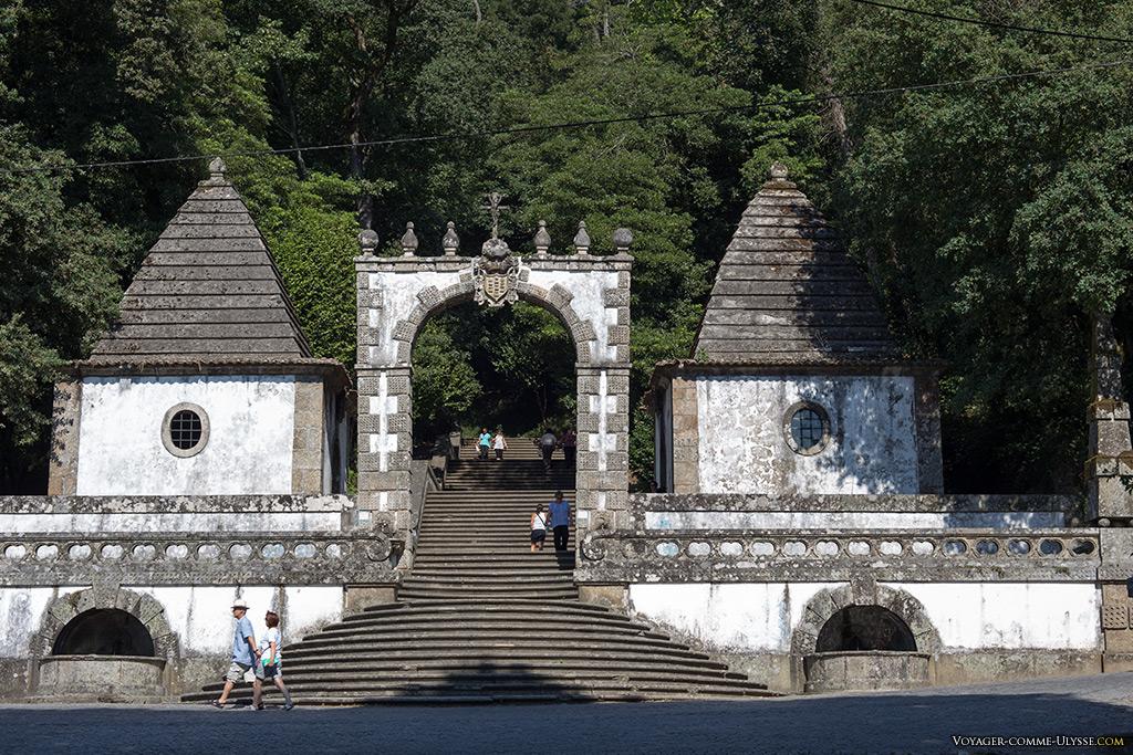 Portique du bon Jésus de Braga et les deux premières chapelles du Chemin de Croix.
