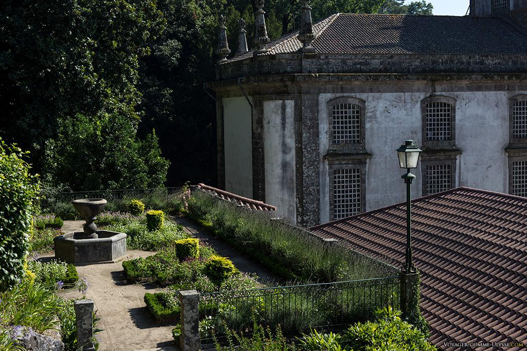 Petit jardin juste derrière l'Hôtel du Parc et l'église.