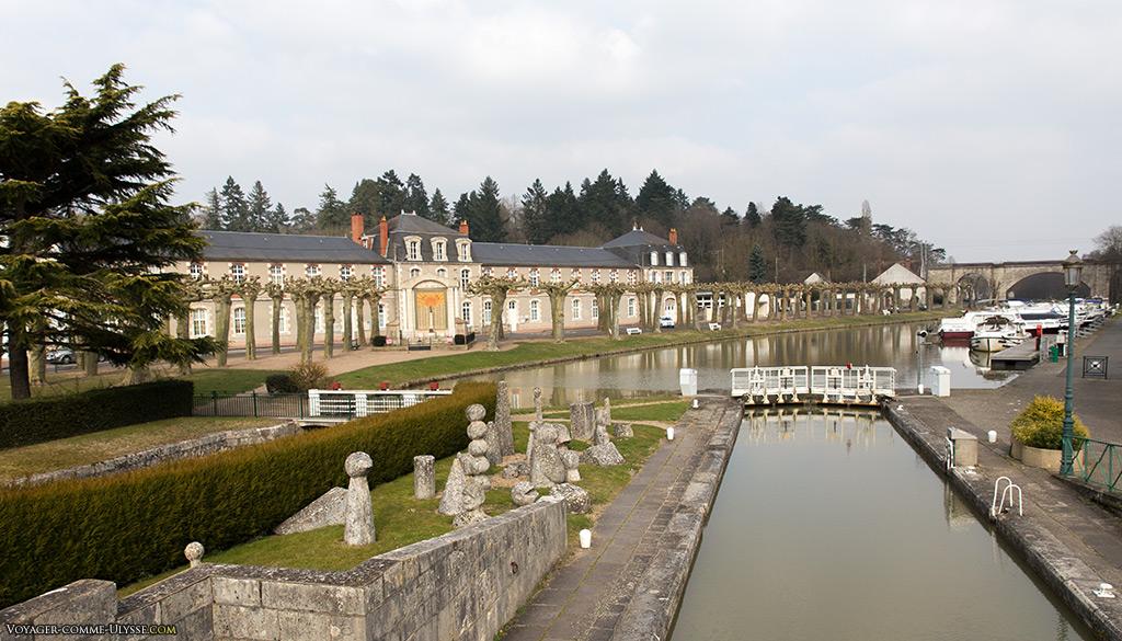 Canal Henri IV et au fond, l'école publique du Centre.