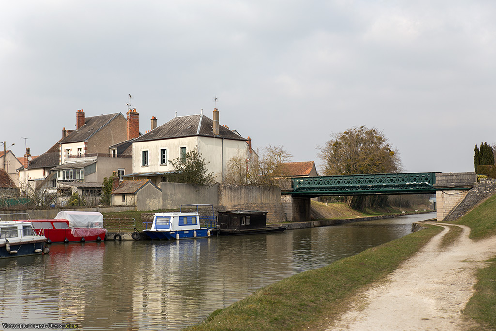 Arrivée du canal latéral à la Loire au port de commerce de Briare.