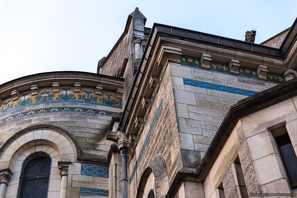Les émaux sont omniprésents, toujours avec des motifs typiquement issus de l'Art Nouveau.