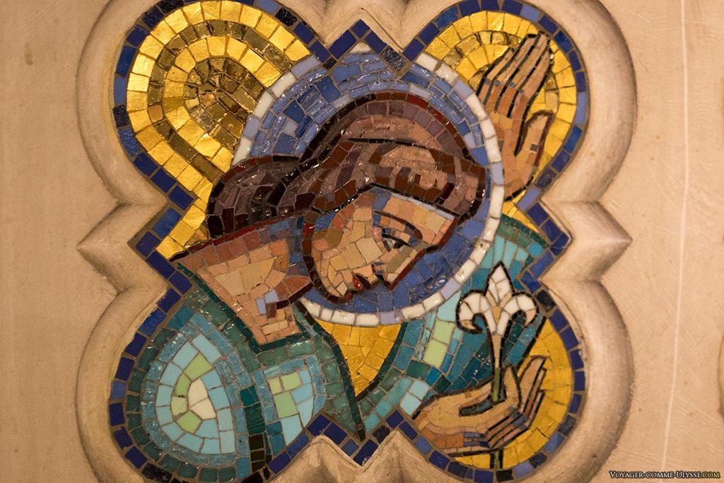 Détail en émail de l'un des autels de l'église