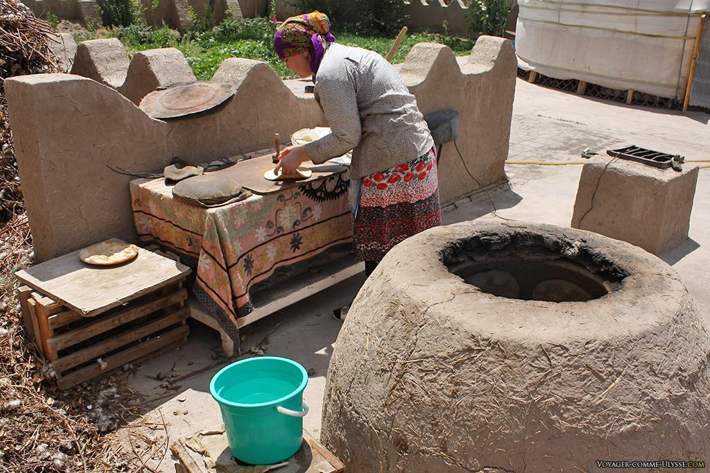 Une boulangère faisant du pain.