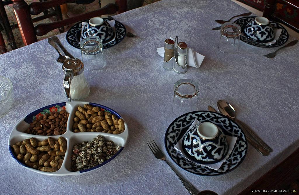 Cacahuètes et vaisselle décorée de fleurs de coton.